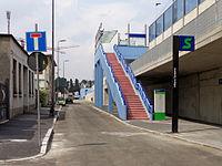 Milano - stazione ferroviaria Forlanini - scala d'accesso.JPG
