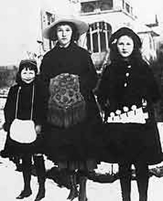 Ema Gordon Klabin Cultural Foundation - Ema Klabin (right) with her older sister, Eva, and her younger sister, Mina, in Switzerland (1915).