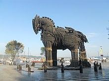 Modello del Cavallo di Troia sul lungomare di Canakkale, utilizzato sul set del film Troy