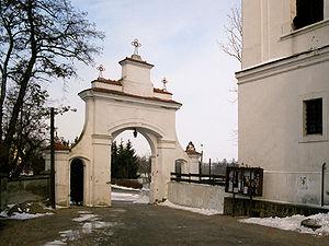 Mogilno brama klasztoru.jpg