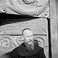 Monnik voor de deur van de Church of the agony (Kerk van het heilige lijden) ook, Bestanddeelnr 255-5327.jpg