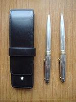 83eaf49b221 Um estojo de couro e duas canetas Montblanc.