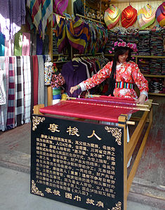 Mosuo girl weaver in Old town Lijiang.JPG