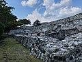 Muralla que rodea los palacios de Xochicalco.jpg