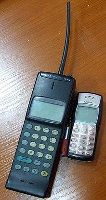 A destra un telefono palmare. A sinistra un telefono portatile non palmare e non da polso