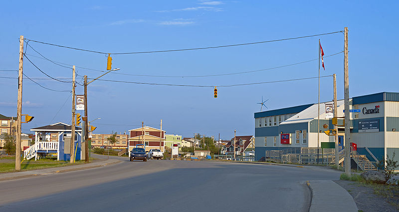 File:Northernmost traffic light in North America, Inuvik, NT.jpg