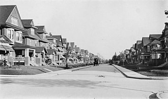 Palmerston–Little Italy - View of Palmerston Boulevard south of Harbord Street, c. 1909. The homes in the area were largely from the Victorian-era.