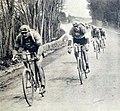 Paris-Tours 1922, Brunier devant F. Pelissier, et H. Pelissier le futur vainqueur.jpg