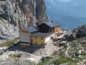 Passauer Hütte mit neuem Anbau von 2012 (vorne links) und 2015 (vorne mitte)