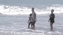 Fichier:People playing at the beach.webm