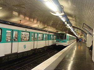 Pigalle (Paris Métro) - Image: Pigalle quai L2 2rames