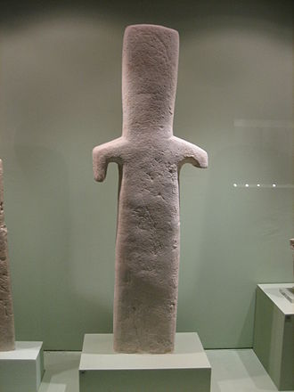 """Xoanon - """"Plank figure"""" of chalk, Early Cypriot III to Middle Cypriot I, 1900-1800 BCE (Museum of Cycladic Art, Athens)."""