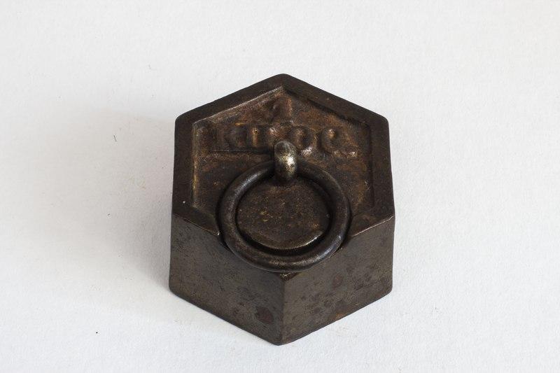 File:Poids hexagonal d'un kilogramme en fonte de fer et plomb.tif