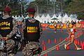 Policiais da Força Nacional observam a disputa da marcha atlética feminina.jpg