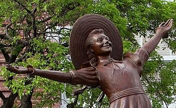Pollyann statue (18902222832) crop1