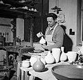 Pottenbakker aan het werk op de schopstoel, Bestanddeelnr 252-8900.jpg
