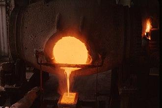 Ingot - Image: Pouring gold