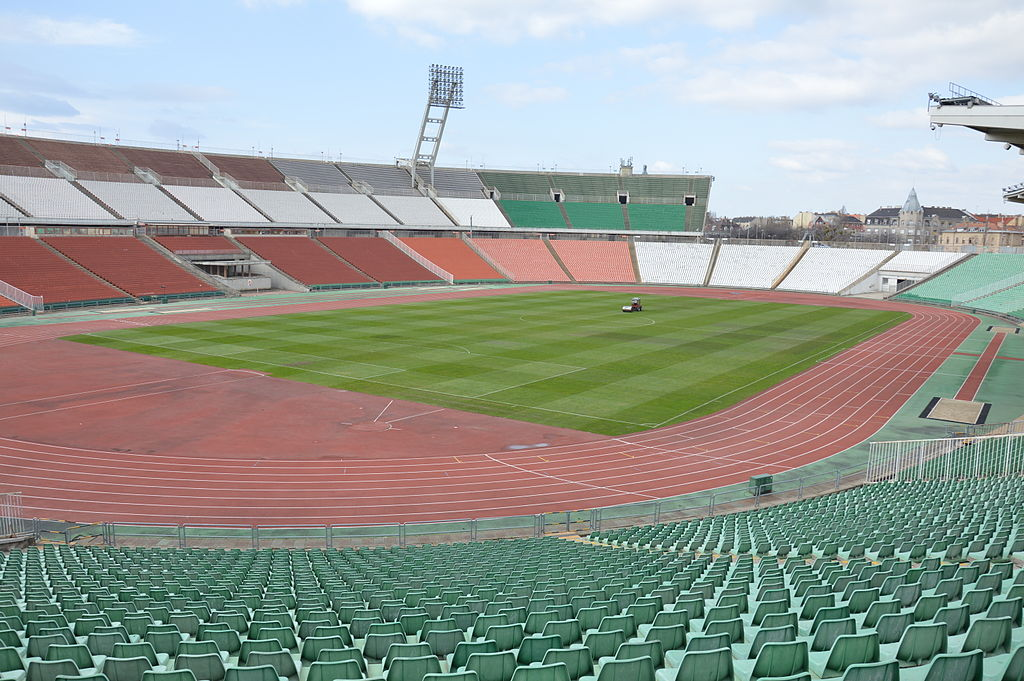https://upload.wikimedia.org/wikipedia/commons/thumb/4/47/PuskasFerencStadium-field2.JPG/1024px-PuskasFerencStadium-field2.JPG