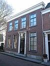 foto van Herenhuis met gaaf bewaarde lijstgevel uit omstreeks 1860