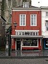 foto van Huis met eenvoudige, witgeverfde lijstgevel