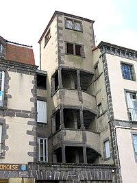 Riom - Escalier sur la place de la Fédération.JPG