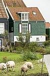 foto van Huis van hout en baksteen, opgetrokken tegen de helling