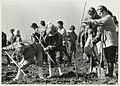 Schoolkinderen uit Halfweg en Spaarndam planten de eerste bomen van het Houtrakbos. NL-HlmNHA 54031775.JPG