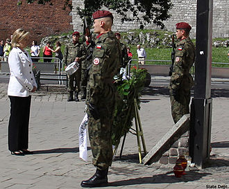 2010 Polish Air Force Tu-154 crash - United States Secretary of State Hillary Clinton lays a wreath at the Katyn Cross