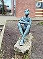 Sitzender Knabe von Maria Pirwitz, Schule Holstenhof in Hamburg-Marienthal.jpg