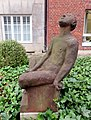 Skulptur LauschenderKnabe (Karl August Ohrt) Erika-Haus UKE (3).jpg