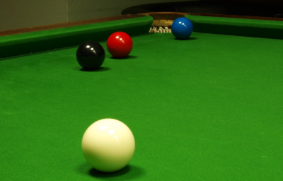 Freeball situation. Red is snookered, Blue can be called. Snooker Freeball.png