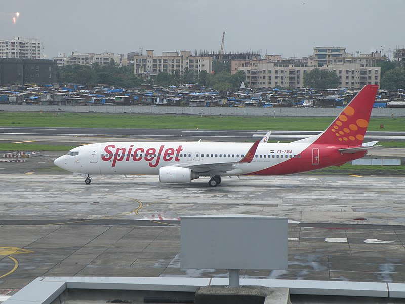 파일:SpiceJet aircraft in front of terminal 1C at Mumbai airport (2).JPG