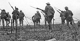 Beeld van een gespeelde aanval uit The Battle of the Somme (1916).