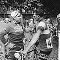 Tour de France , Wim van Est in gesprek met Anglade, Bestanddeelnr 911-3747.jpg
