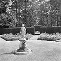 Tuinbeeld 'De Herfst' op natuurstenen sokkel in de rozentuin - Vorden - 20353749 - RCE.jpg