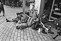 Tweede dag vierdaagse van Nijmegen militairen met blaren langs de kant, Bestanddeelnr 931-6001.jpg