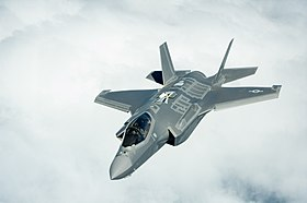 Un F-35A Lightning II, in forza al 58th Fighter Squadron dell'USAF, impegnato in operazioni di rifornimento in volo.
