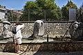 Una turista alla fontana.jpg