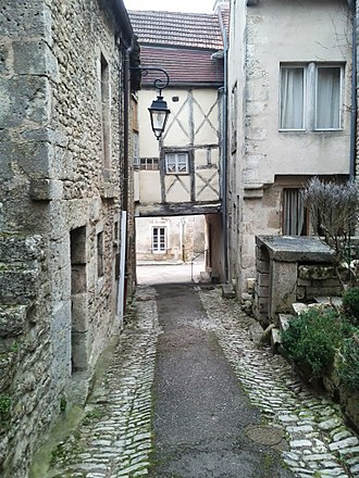 Vacuum sewer - A sideroad in Flavigny-sur-Ozerain where it would be difficult to install a conventional hydraulic sewer.
