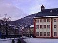 Universitätsplatz Heidelberg mit der Alten Universität der Barock Häuserzeile an der Grabengasse und Blick auf den Heiligenberg .JPG