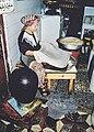 Vrouw maakt brood in Marokko.jpg
