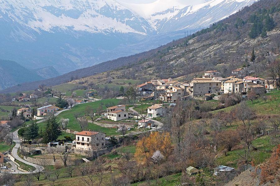 Vue du village de Saint-Léger en venant du col éponyme