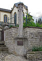 Wegkreuz und Memorial Hobscheid vor der Kirche 01.jpg