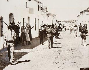 Mujeres suplicando a los soldados rebeldes