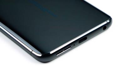 Een luidsprekeruitgang, USB-C-poort en hoofdtelefoonaansluiting aan de onderkant van de telefoon