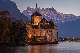 Le château de Chillon (canton de Vaud) et les dents du Midi (canton du Valais), sur les rives du Léman. (définition réelle 7952×5304)