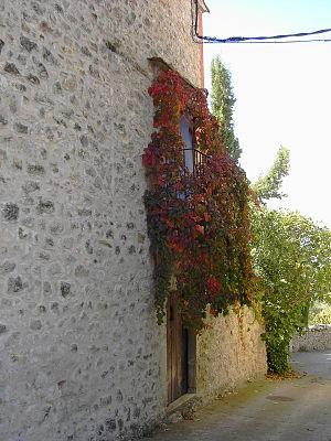 Un callejón desciende desde la iglesia de Sami...