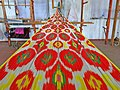 032 Fàbrica de seda Yodgorlik, Imom Zahiriddin Ko'chasi 138 (Marguilan), teixint al teler.jpg
