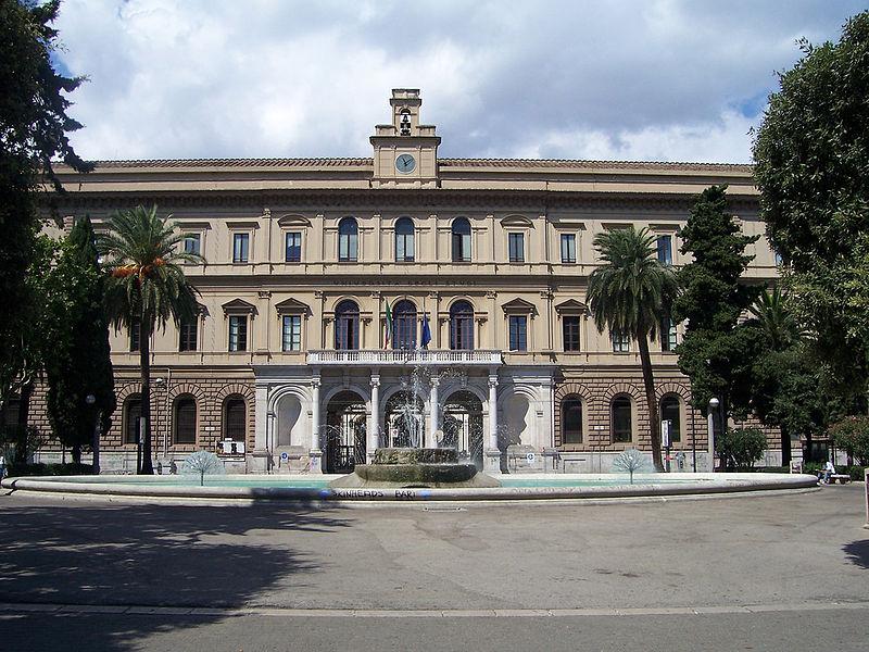 Здание университета в Бари, Италия (источник Викисклад)