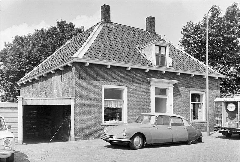 Huis zonder verdieping met omlopend schilddak dat aan de voorzijde bekroond wordt door - Stenen huis uitbreiding ...